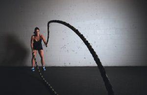 Mujer haciendo ejercicios con cuerdas